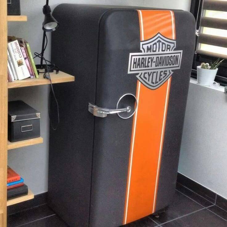 Envelopamento-de-geladeira-com-as-cores-e-brasão-da-Harley-Davidson